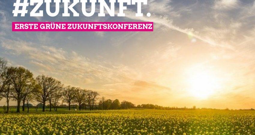 Alternativtext: Es ist ein Feld mit untergehender Sonne zu sehen. Darüber folgender Schriftzug: Wir Planen #Zukunft. Erste grüne Zukunftskonferenz.