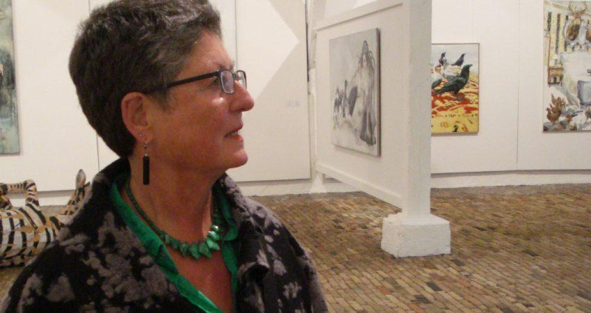 Auf dem Bild sieht man Inge Schließmann auf einer Kunstausstellung.