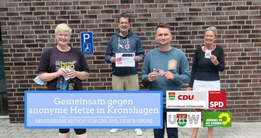 """Auf dem Foto sieht man Gaby Weber (SPD), Thomas Kahle (CDU), Christian Schall (GRÜNE) und Renate Graetsch (UKW), wie sie entfernte Aufkleber hochhalten. Blau unterlegt steht dort geschrieben """"Gemeinsam gegen anonyme Hetze in Kronshagen"""" und die vier Logos der Partien sind abgebildet."""